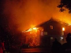 Großbrand in Neukirchen - Vierkant-Bauernhof wurde Raub der Flammen