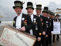 Seit über 100 Jahren Tradition in Traunkirchen - die Mordsgschicht - 8 Herren in Frank und Zylinger ziehen durch die Gasthäuser des Ortes und geben Peinlichkeiten zum Besten