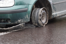 Gmunden: Bursch donnert gegen Verkehrsinsel und zieht 2km lange Ölspur nach sich