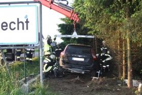 Windern: Autolenker durchbricht Gartenmauer, Zaun und Hecke