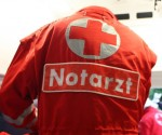 Notarzt versorgt einen Verletzten