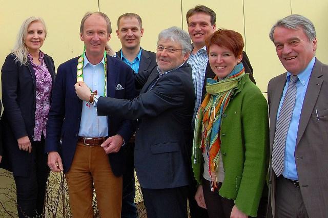 ÖVP-Freunde überraschen Brunsteiner zum 60er mit Bürgermeister-Kette