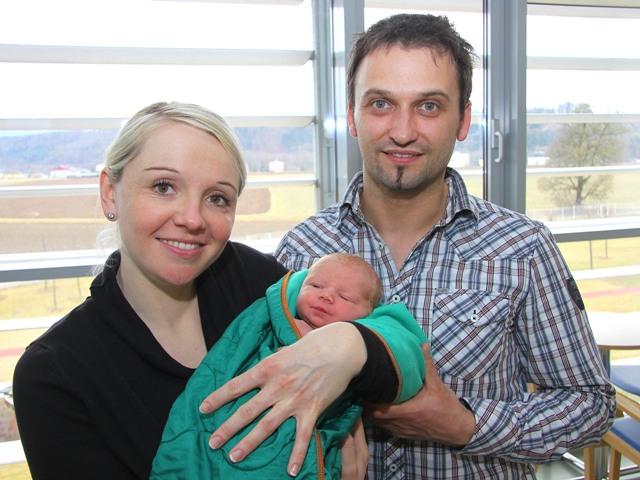 Der kleine Leo mit seinen stolzen Eltern | Foto: gespag