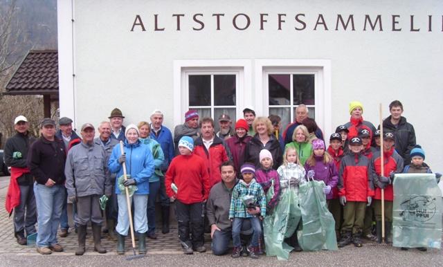 die freiwilligen Helfer vorm Start zur diesjährigen Seeufer- und Flurreinigung in Obertraun!