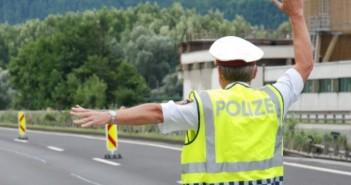 Vöcklabruck: Polizeikontrolle ignoriert und auf Polizisten zugerast   Foto: SID