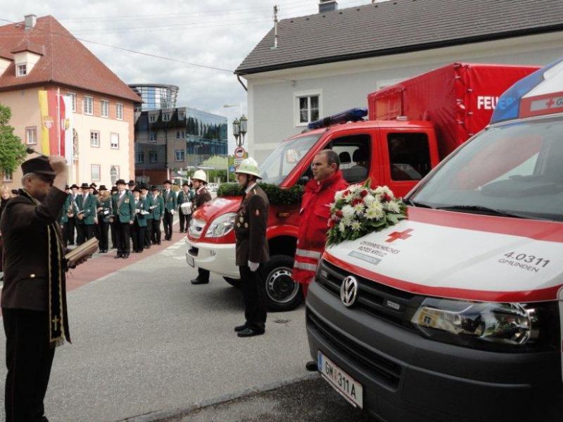 Laakirchen: bei Florianifeier Einsatzfahrzeuge gesegnet