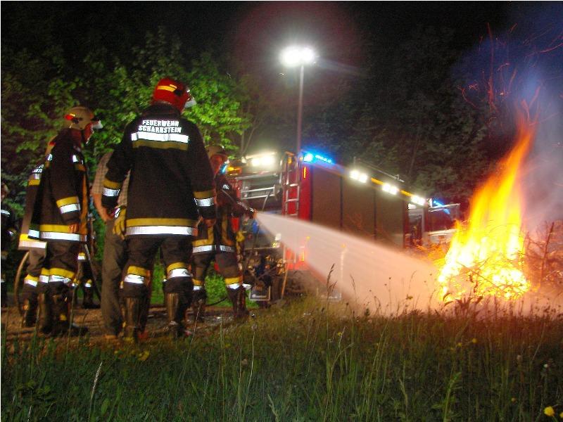 Nächtlicher Waldbrand am Fuße der Burgruine Scharnstein