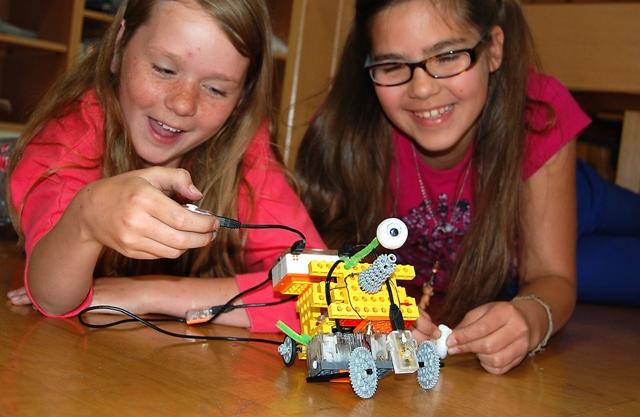 Zwei Mädchen bauten und programmierten Gerry, die Tunnelbohrmaschine
