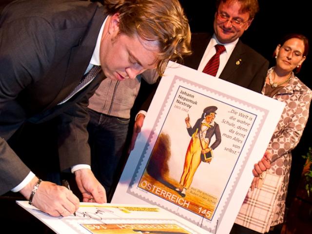Johann Nestroy-Ring der Stadt Bad Ischl an Nicholas Ofzarek verliehen   Foto: Lenzenweger