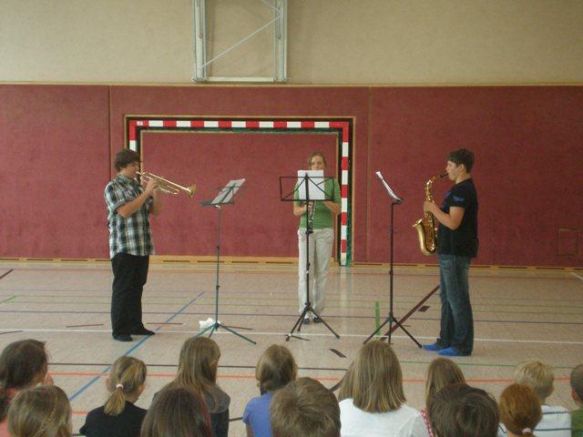 Marktmusik Schörfling begeistert Schüler der Volksschule