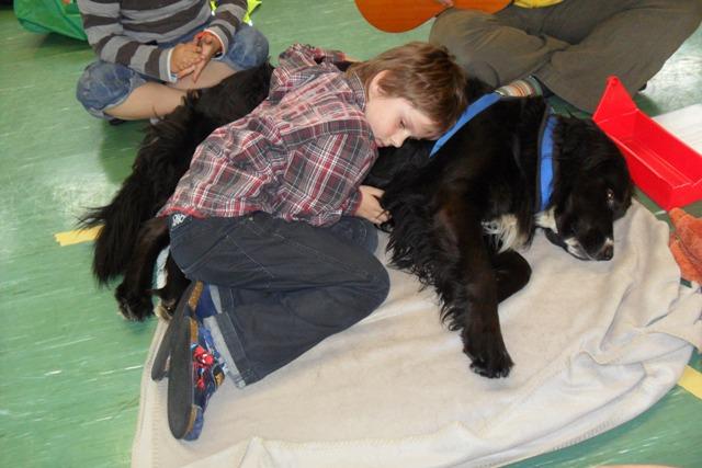 Therapiehund Emma begeistert im Heilpädagogischen Hort
