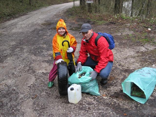 Alpenverein Ebensee entsorgt 100kg Müll rund um den Langbathsee