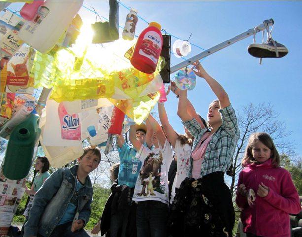 Sortenrein hängten die Volksschüler den Müll auf eine Wäschespinne | Foto: Wilhelm Frickh