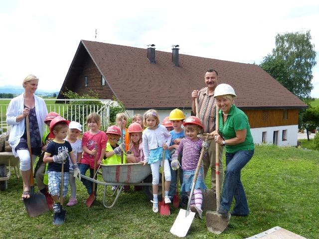 Spatenstich für den Kindergarten Um- und Uubau in Pfaffing   Foto: Gemeinde