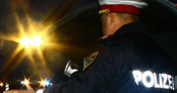 Polizist im Polizeieinsatz - Verkehrskontrolle - Autodieb nach Verfolgungsjagd gefasst