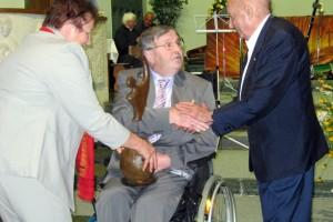 Pfarrer Friedl erhält von Mauthausen Komitee Le-Caër-Preis
