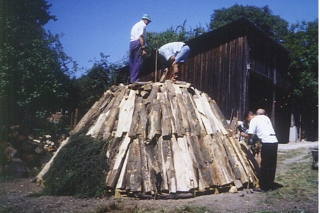 In Ottnang raucht heuer wieder ein Kohlemeiler