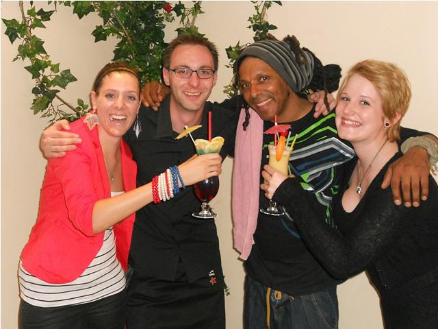 SAS-Chef Stefan Kernmyer, Starmusiker Roykey mit den Fans Julia und Sabine