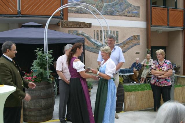 Altenheimbewohner Laakirchen eröffnen feierlich ihren Schanigarten