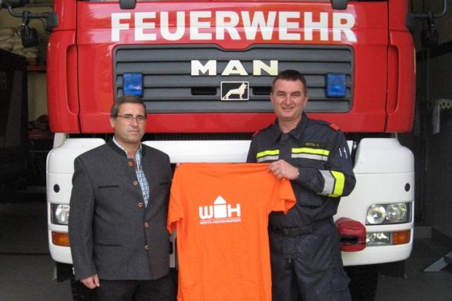 Bierzeltmitarbeiter der FF-St. Agatha mit neuen T-Shirts ausgestattet