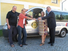 Rotary Club Gmunden-Traunsee spendet Bus für Jugendzentrum Checkpoint in Gmunden