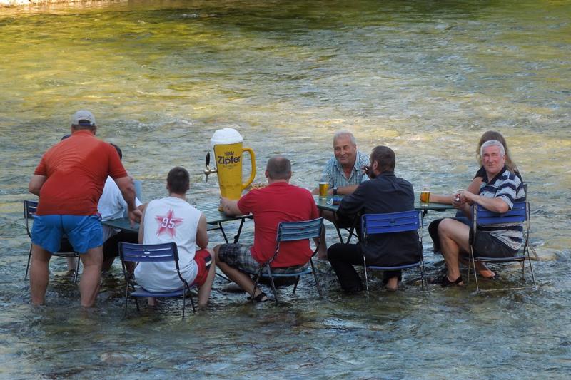 Bad Goisern: ein kühles Bier im kühlen Nass