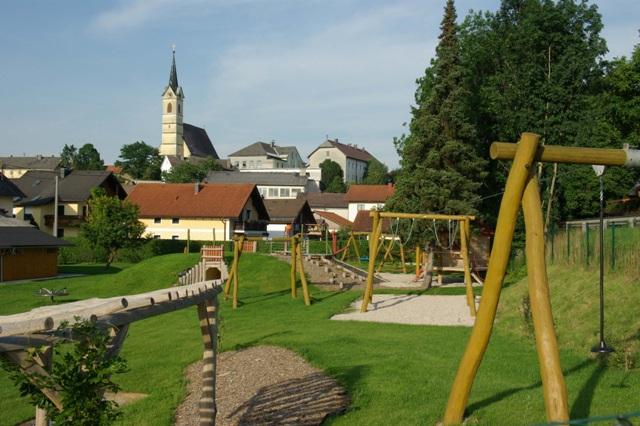 Großzügiger Spielplatz in Roitham vor Eröffnung