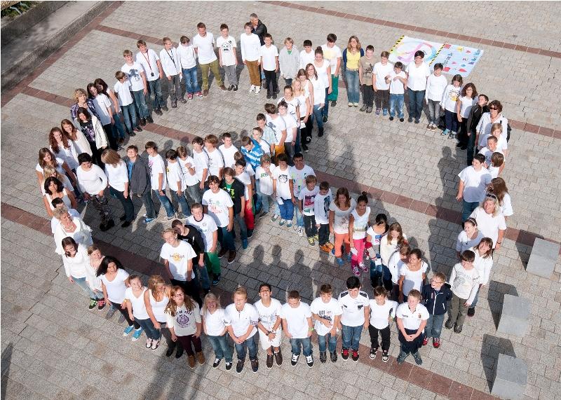 Neue Mittelschule Altmünster setzt Zeichen zum Weltfriedenstag   Foto: Manfred Keller