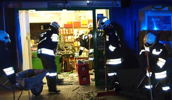 Grünau: mit Kleinbus im Rückwärtsgang in Supermarkt gekracht