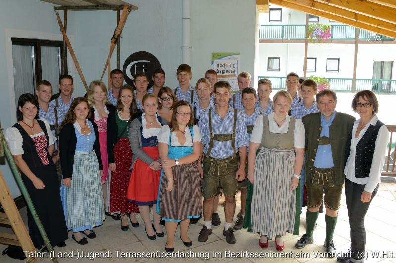 Landjugend Vorchdorf baut Terrassenüberdachung des Bezirksseniorenheimes
