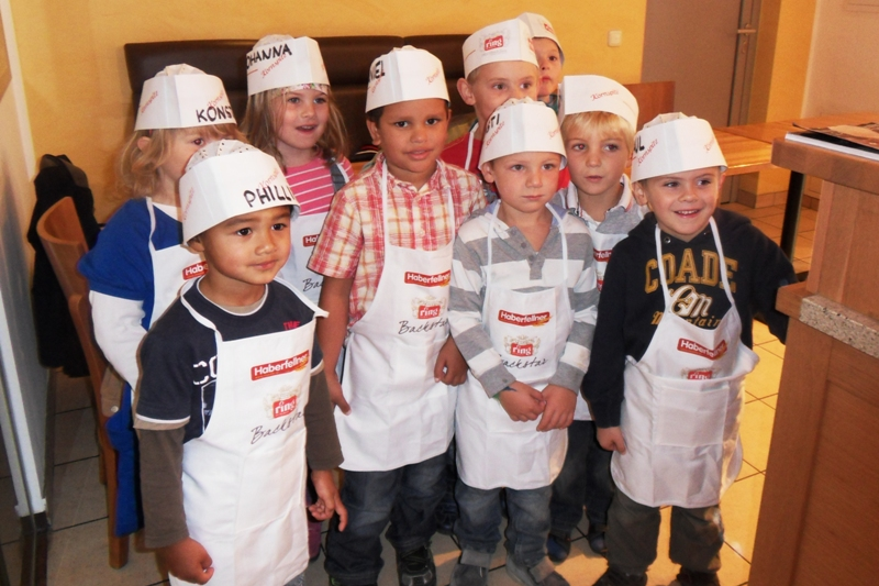 Kindergartenkinder als Meisterbäcker