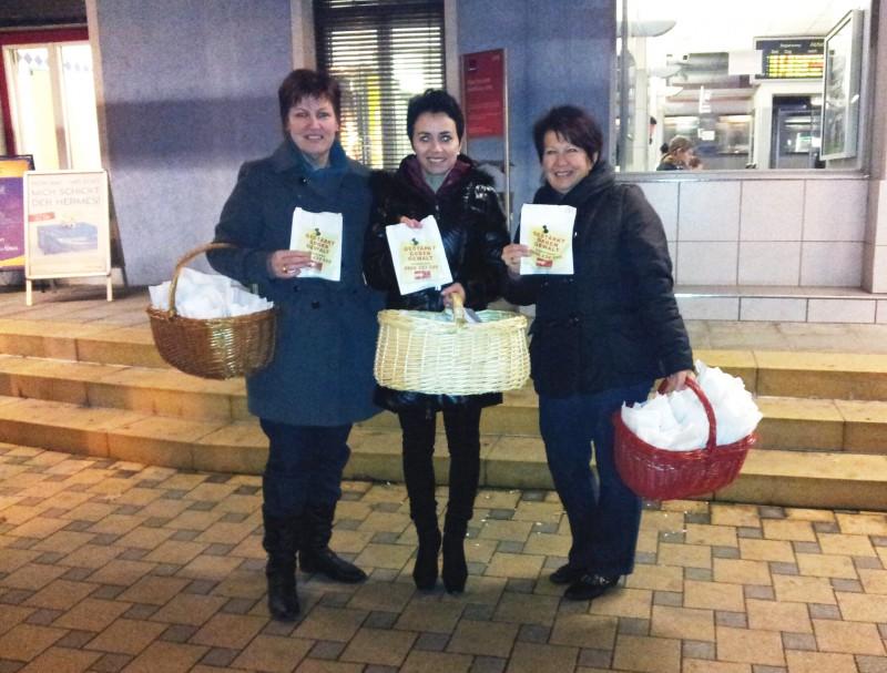 Martina Gast (Ampflwang), Doris Margreiter (Gampern) und Waltraud Nigl (Aurach) verteilten am frühen Morgen am Bahnhof eine kleine Stärkung und Notrufnummern, um die vorbei kommenden Frauen gegen Gewalt zu stärken