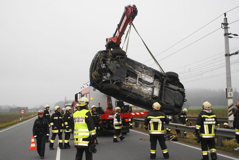 Unfall auf der B1 - nach Schleudermanöver neben Bahngleisen gelandet
