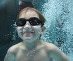 25 Wasserratten erlernen im Kinderschwimmkurs das Schwimmen