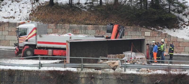 Umgestürzter LKW-Anhänger blockierte Salzkammergut Bundesstraße B145