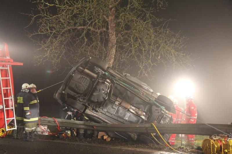 Spektakulärer Unfall in Gampern - Lenkerin mit drei Bergescheren aus Unfallwrack geschnitten