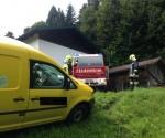 Feuerwehr befreit Zustell-PKW aus misslichen Lage