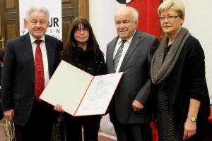 LH Dr. Josef Pühringer mit Preisträgerin Maria Moser, LH a.D. Dr. Josef Ratzenböck und LT-Präs. a.D. Angela Orthner (v.l.)