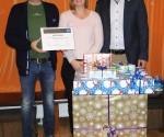 SOS-Kinderdorfleiter Gerhard Pohl, Kinderdorfmutter Birgit Schramayr und Eternit-Vorstand Peter Rungger (v.l.) mit Dach-Gutschein und Geschenken.