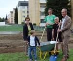 Bürgermeister Mag. Herbert Brunsteiner und Stadträtin Dr. Elisabeth Kölblinger nahmen den Baufortschritt im Nachbarschaftsgarten Dürnau in Augenschein