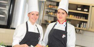 Maishendl supreme gefüllt – Bärlauchserviettenknödel mit Babykarotten und Erdäpfelpürre