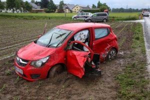 PKW-Lenkerin bei Verkehrsunfall in Desselbrunn im Fahrzeug eingeklemmt