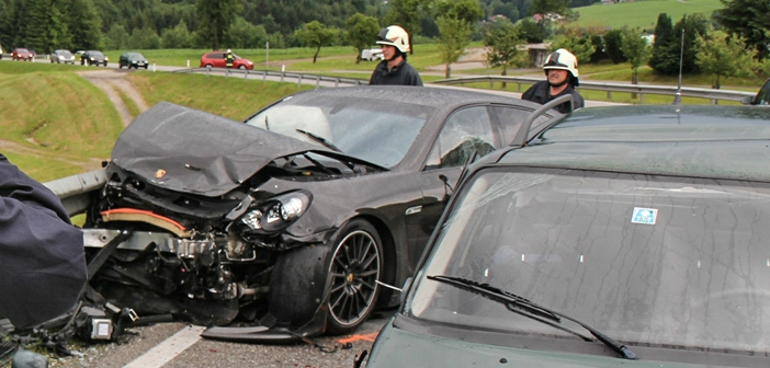 Porsche auf der Scharnsteiner Straße in Gschwandt geschrottet