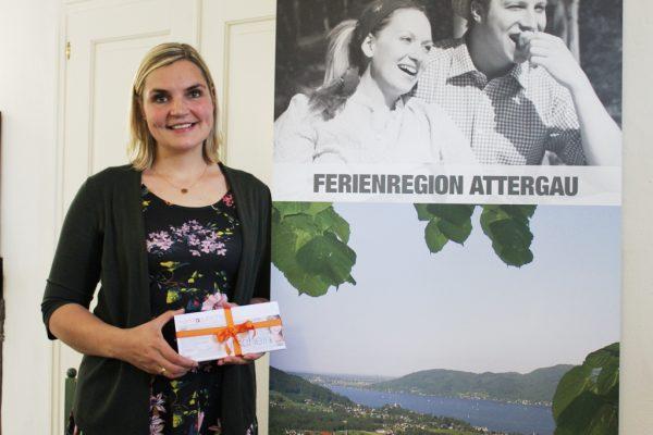 Melanie Rödleitner mit den Attergauer Marktblattgutscheinen als Dankeschön (Foto: TVB Attergau)