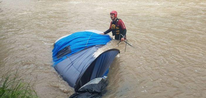 Familie beim Zelten vom Hochwasser eingeschlossen