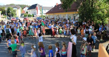 Der Kindergarten eröffnete das Bühnenprogramm mit einer tollen Darbietung