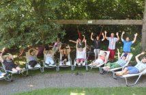 Die Sachspende von neun Gartenliegen wird von der Werkstätte Vöcklabruck der Lebenshilfe OÖ begeistert genutzt