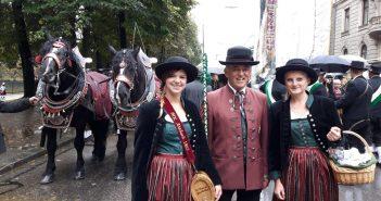 Die jungen Atzbacher Musikerinnen trotzen dem Nieselwetter