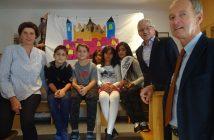 Caritas-Lerncafé-Leiterin DI Christine Schön (links), Caritasdirektor Franz Kehrer, MAS (rechts oben) und Bürgermeister Mag. Herbert Brunnsteiner mit Kindern bei der Eröffnungsfeier.