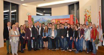 Bürgermeister Ing. Fritz Feichtinger, Mitglieder der Gemeindepoltik mit den Jungbürgern, Maturanten und Lehrabschlussabsolventen bei der Feier.